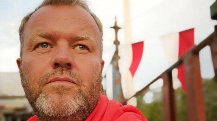 Säljaren är Fredrik Andersson, författaren och entreprenören, som bor i huset med fru och tre barn.