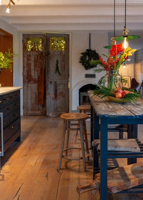 De gamla pardörrarna har Camilla fyndat på en auktion. Det blå bordet är ett loppisfynd som så mycket annat i hemmet. Taklamporna i grönt glas, Nacka Byggnadsvård.