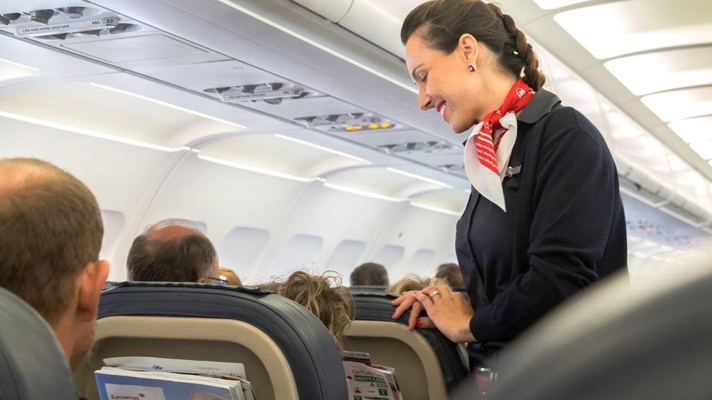 Om flygplanet plötsligt skulle stanna så skulle armstödet svänga framåt med en hissnande fart – och slungas in i sidan av passageraren.