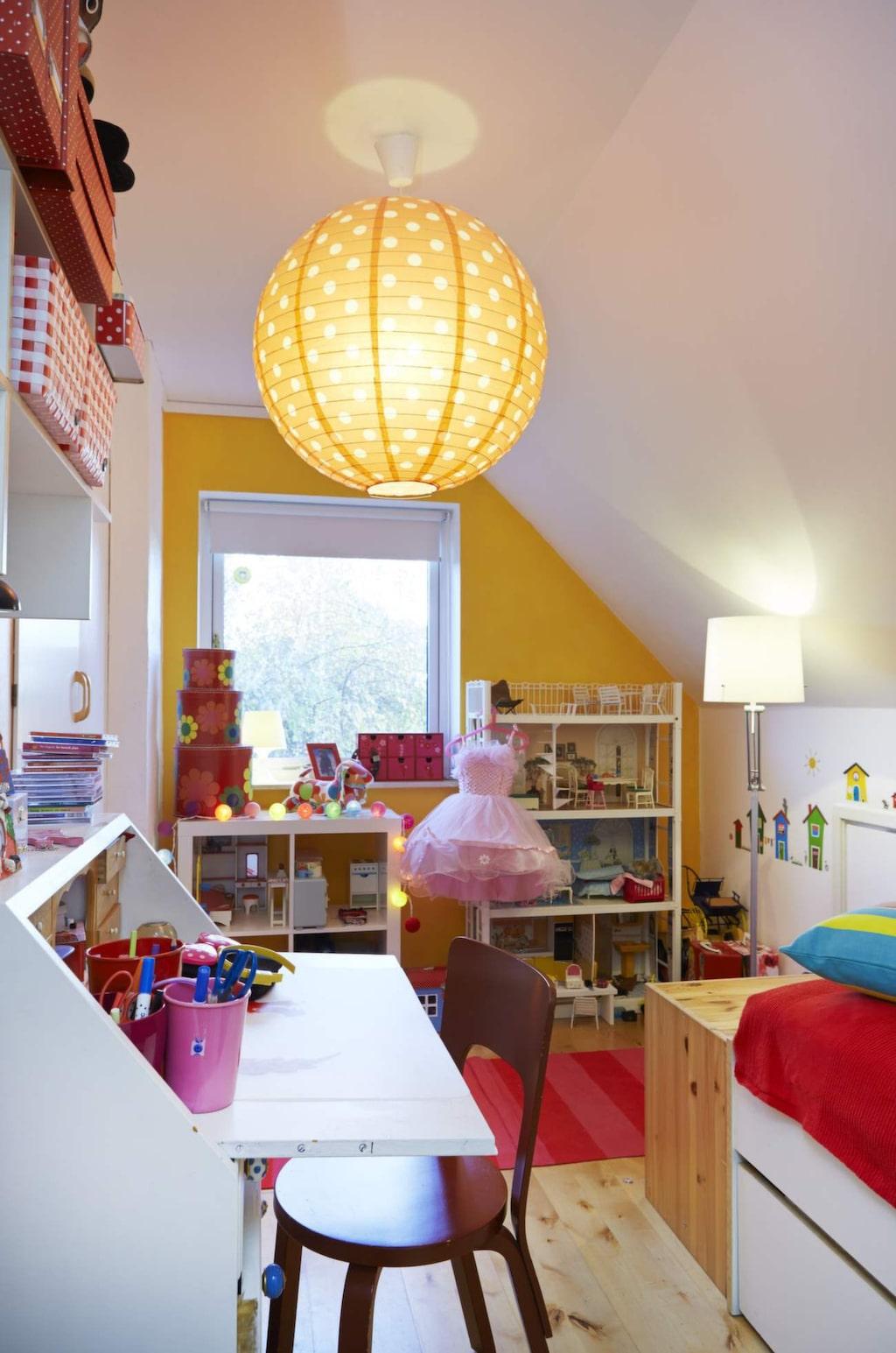 Barnrum<br>Lucia valde en färgglad stil till sitt rum och en solgul fondvägg.