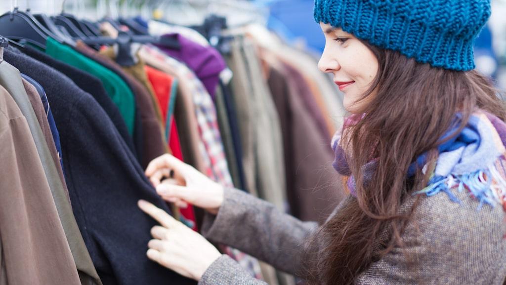Letar du märkeskläder? Det är perfekt att köpa begagnat. Många säljer kläder som knappt är använda, och du kan få dem mycket billigare än att köpa nytt.