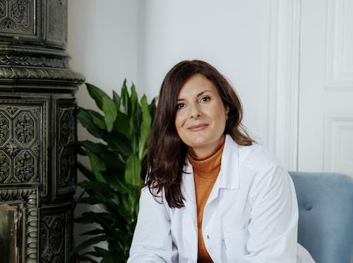 Hudforskaren Johanna Gillbro är aktuell med boken Hudbibeln som ska hjälpa konsumenter att förstår vad de smörjer in sig med.