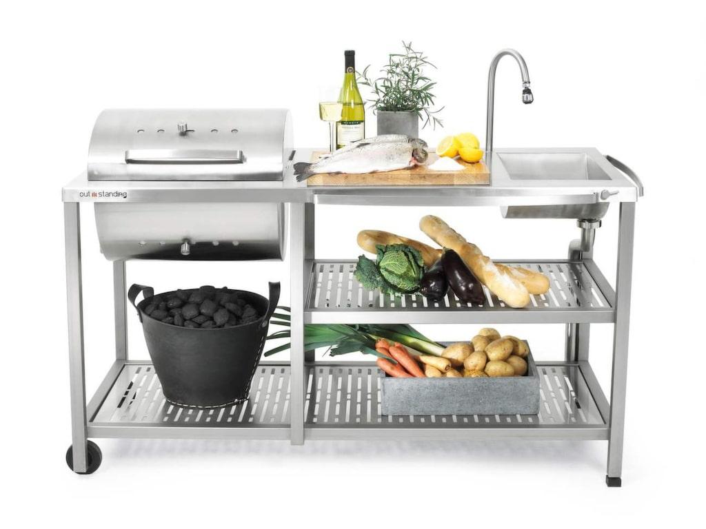 <p>Lyxigt utomhuskök i rostfritt stål med kolgrill, hyllor och vattenkran, bredd 154 centimeter, 30 090 kronor, Confidentliving.se.</p>