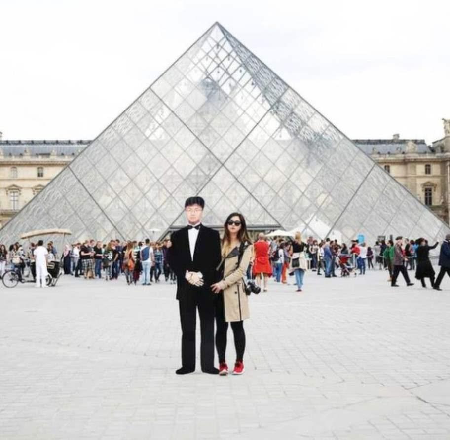 Jinna Yang med sin pappa som pappersdocka, vid Louvren i Paris.