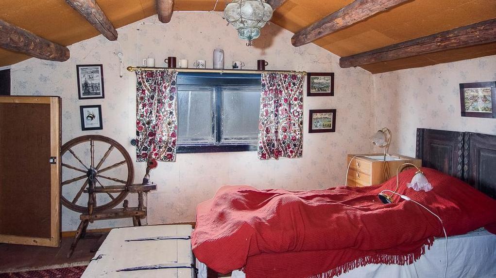 Det större sovrummet har en lampa som ligger på sängen... vad som ligger under sängöverkastet är mer oklart...