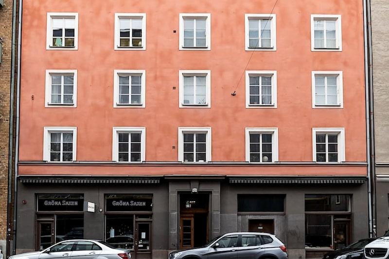 Jacob, Sanne och sonen Frans Josefson bor på fjärde våningen i huset från 1929.
