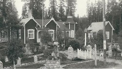 På ett gammalt foto av huset och gården ser det ut att vara taget ur en saga.