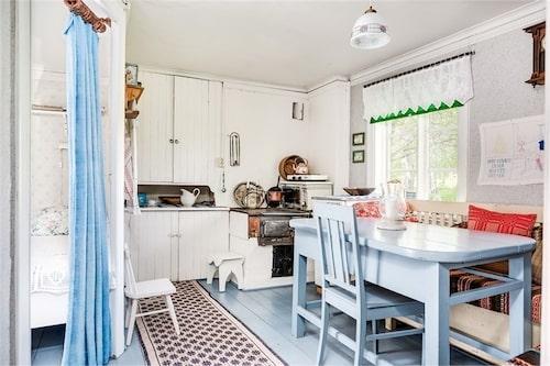 Köket som hör till lillstugan är även det utrustat med vedspis.