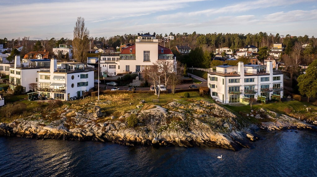 Många har noterat patriciervillan när de passerat med båt i halvkakssundet utanför.