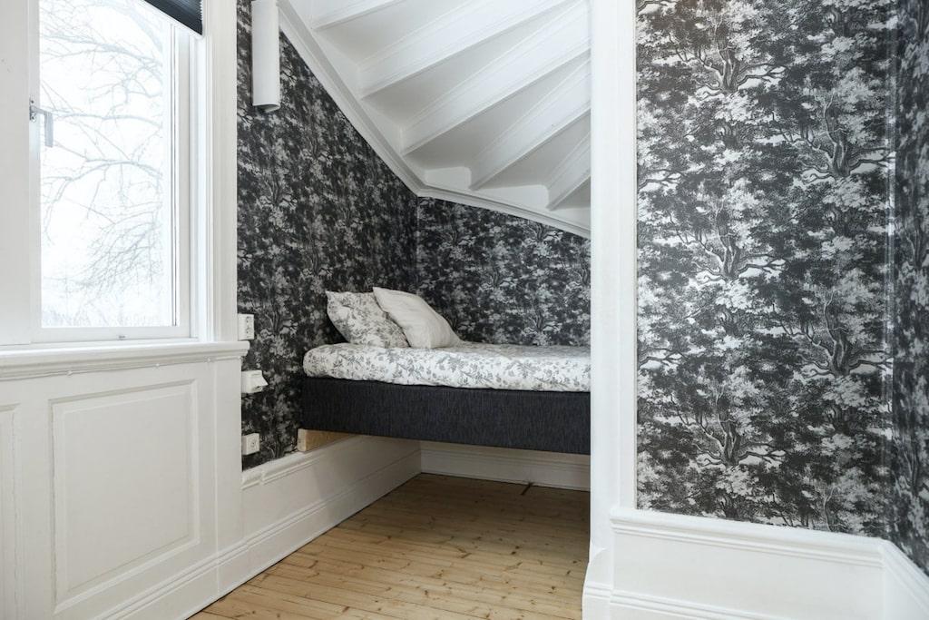 Under trappan finns ett litet rum som man gjort till sovrum...
