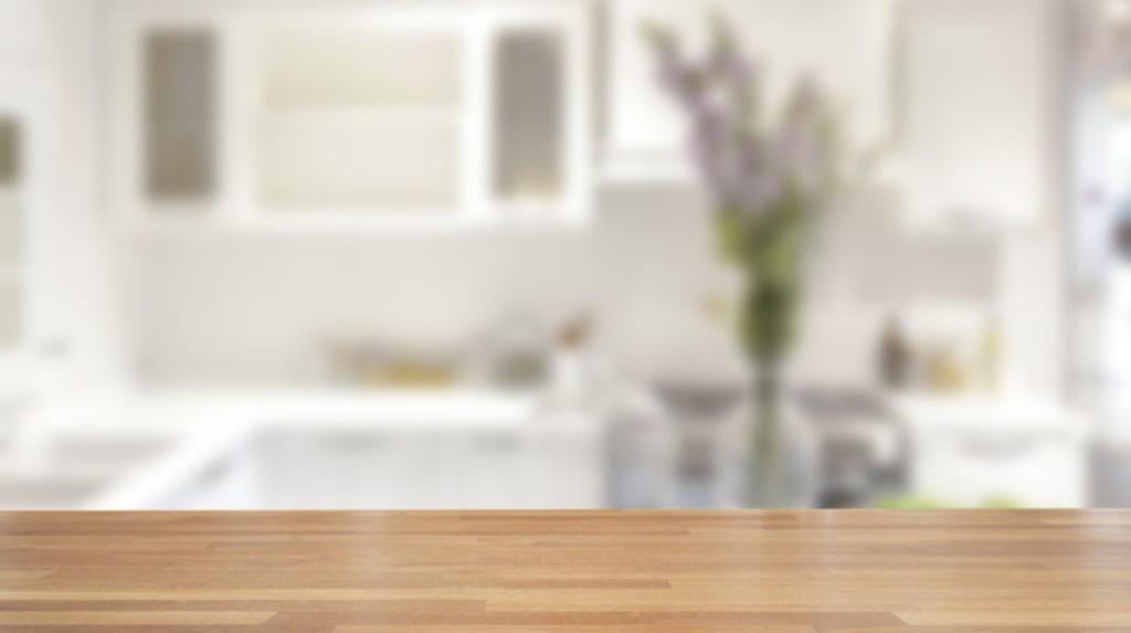 Köksbänkar i trä är sköna att arbeta på. De är lätt att reparera mindre skador eller bara fräscha upp genom slipning och oljning.