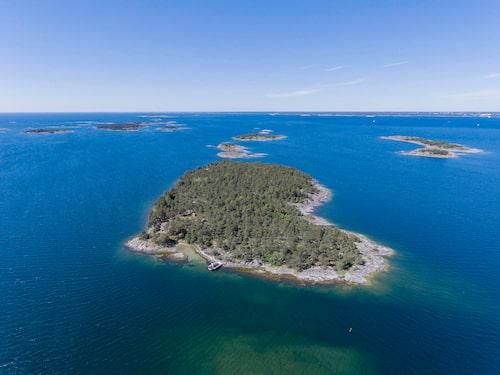 Ön på 10,2 rymmer tre små stugor och ett större fritidshus.