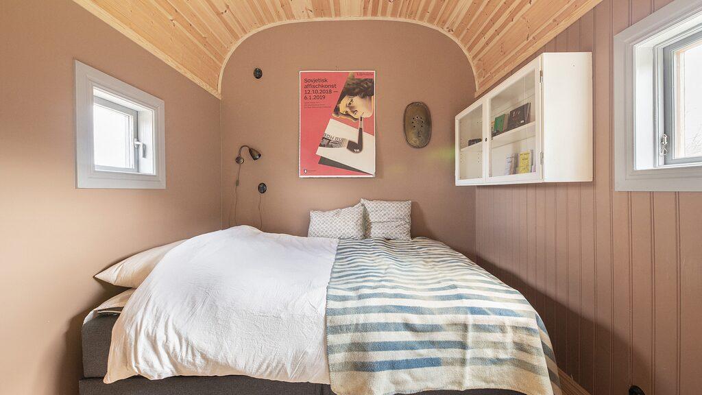 Sovrummet rymmer en stor dubbelsäng.