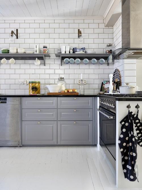 Köket är inrett med kakel upp till taket för att ge en luftig känsla. Paret kunde med gott samvete välja bort överskåp då de har ett gammaldags skafferi med massor av förvaringsmöjligheter. Hanna älskar att laga mat, så valde paret en extra stor gasspis från Smeg med hela 90 centimeters bredd. Köket kommer från Ikea.