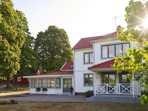 Mangårdsbyggnaden på Mellomgården byggdes 1895 och är Linas barndomshem. För elva år sedan tog hon och hennes man Daniel över huset och har fortsatt att förvalta gården som har anor ända från 1500-talet.