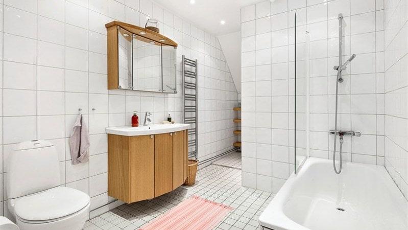 Badrummet är relativt nyrenoverat och helkaklat.