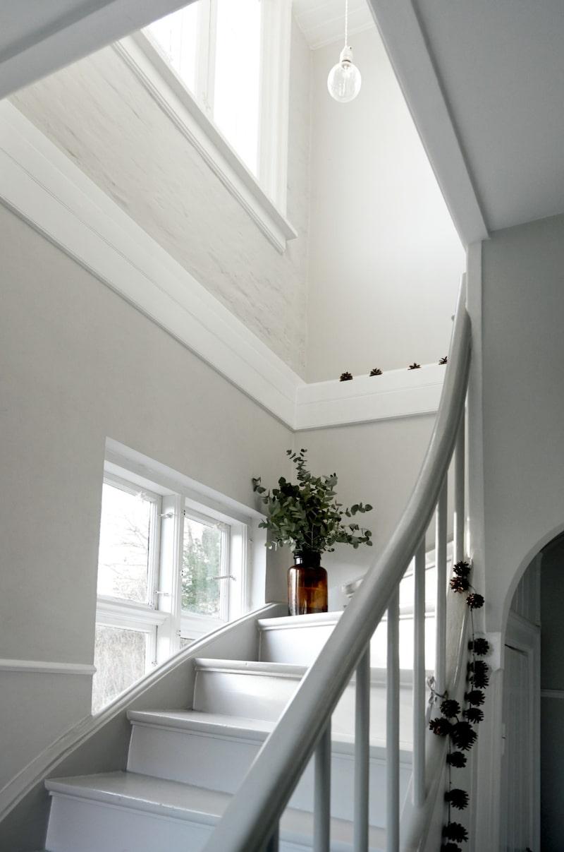 I trappavsatsen till andra våningen står en kruka med Majs favoritkvistar, eukalyptus.
