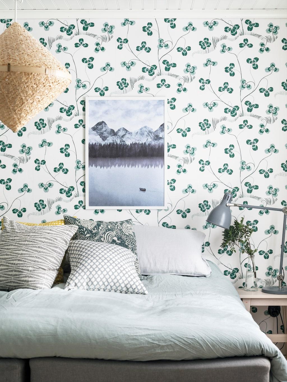 Sovrummet ligger i den gamla matsalen och rymmer i dag även en liten toalett. Sängkläder, H&M Home. Tapet, Klöver, från Svenskt Tenn. Tavla, Imi Form, Kråkestans Bohag. Lampor, Ikea. Print, Liljebergs.