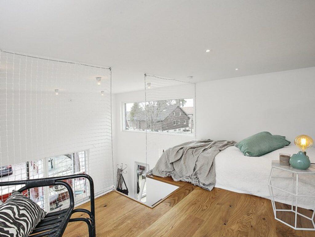 Då takhöjden är 3,8 meter har också sovloftet en högre höjd än vanligt, på 1,55 meter.