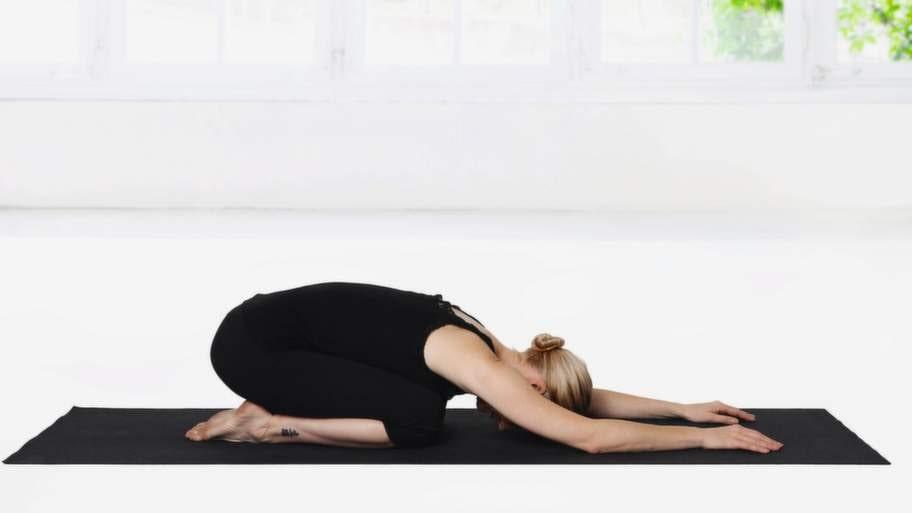 <strong>3 Barnet</strong><br>Kom sakta tillbaka till Barnet. Sänk sätet mot hälarna och sträck ut ryggen så mycket som möjligt. Vila pannan mot golvet. Låt halsen vara lång och avslappnad. Slappna även av i käke, axlar och nacke. För gärna ut knäna åt sidan. Stanna här i åtminstone en minut. Den här positionen ökar återhämtningsförmågan och lugnar hjärnan.