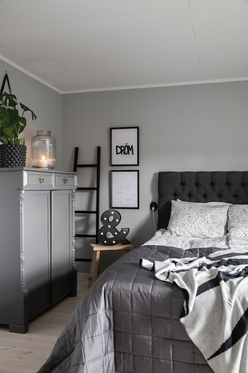 Sänggavel, RS Möbler. Furupall, Granit. &-tecken, Jakobssons Möbler. Stege, Ikea.