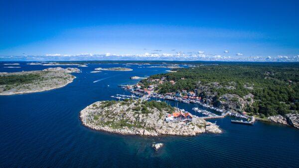 Resö kännetecknas av sjöbodar och fina naturbad.