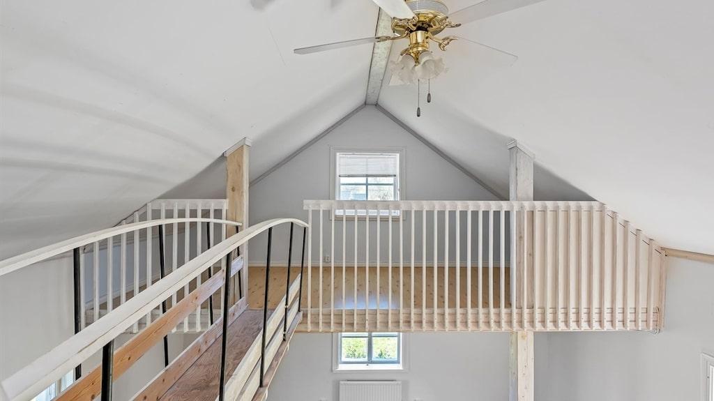 Mellan de två sovrummen på loftet finns en gångbro.