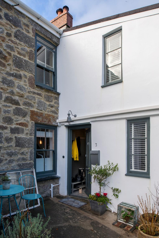 Lindas vackra hus i fiskebyn Mousehole i Cornwall. Grå färg Down pipe från Farrow & ball runt fönstren.