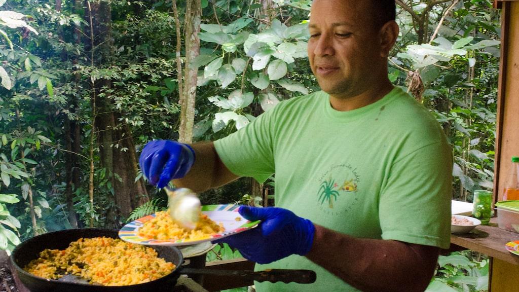 På Selva Bananito Lodge sydväst om Puerto Limon vid den costaricanska Atlantkusten kan den som vill uppleva ett naturens skådespel, sova under bar himmel skyddad endast av myggnät och ett enkelt plåttak och få maten serverad av guiden Louis Aragou, som också leder vattenfallsklättring i regnskogen.