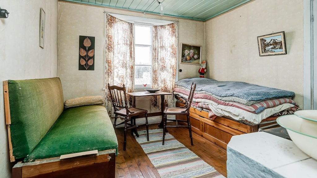 Ett av två sovrum på övervåningen. Prinsessan på ärtens säng, eller vad tror ni?