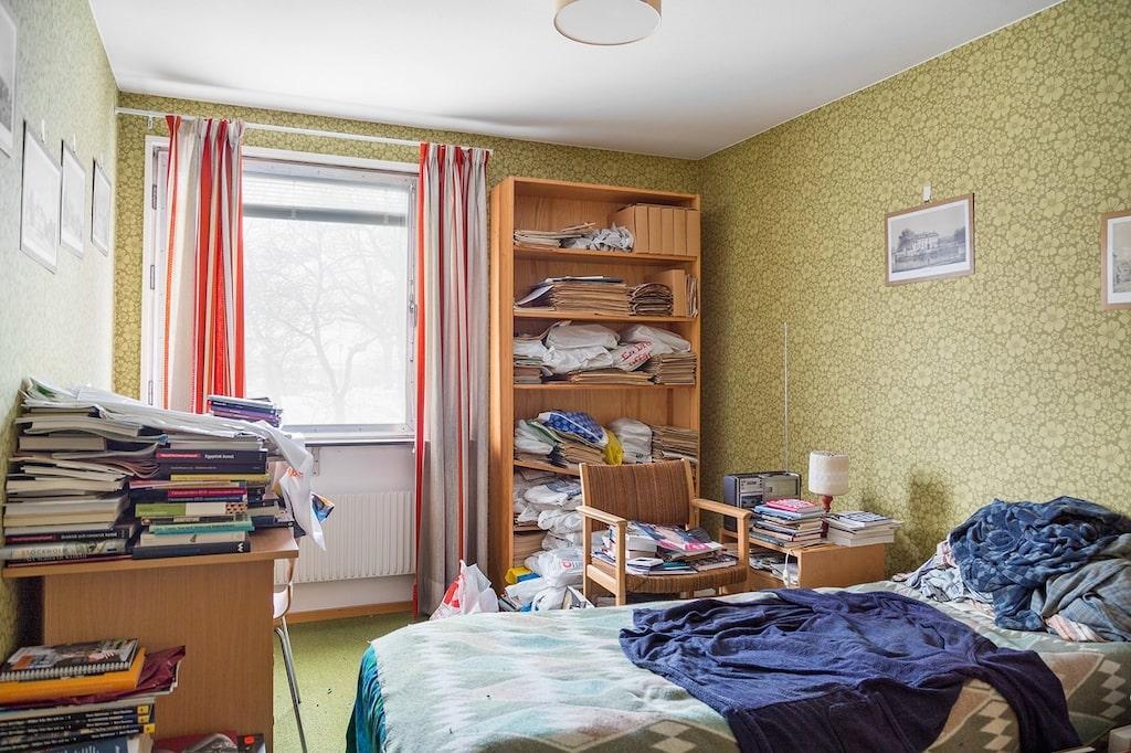 Sovrummet har mörk korthårig heltäckningsmatta och tapetserade väggar med mönster. Plats för dubbelsäng och förvaring.