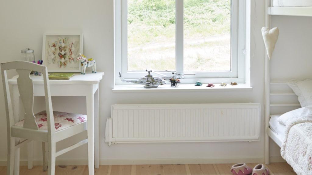Barnens rum går i en ljus och lättsam stil. Stolen har Camilla klätt om i ett somrigt fjärilstyg.