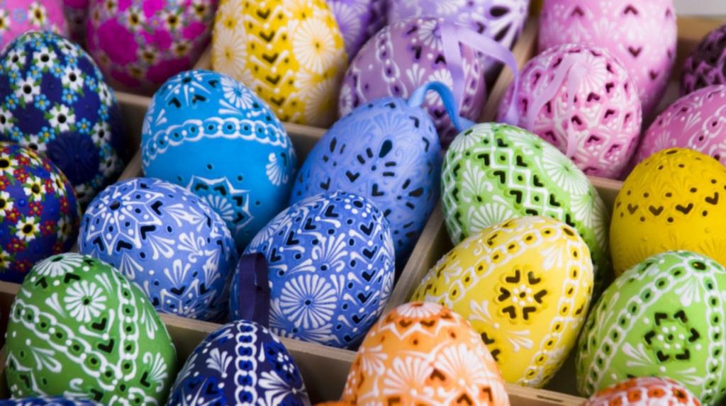 <p>Vackert dekorerade ägg av lera.<br><br></p>