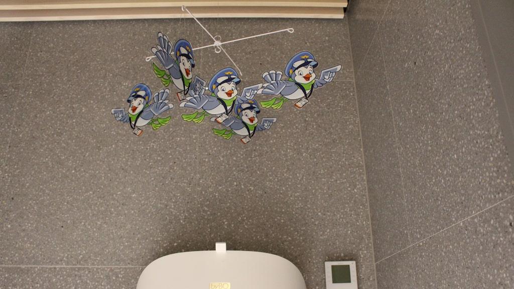 ...och ett skötbord med en fågelmobil för de minsta prinsarna och prinsessorna.