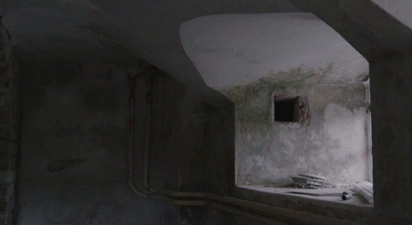 ... Agnes upptäcker ett spöke nere i källaren när de ska renovera. En kvinna som gråter och är så ledsen att även Agnes börjar gråta.