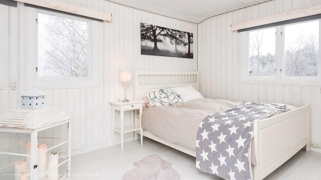 Sovrummet är rymligt med bra förvaring samt utgång till altan på baksidan.
