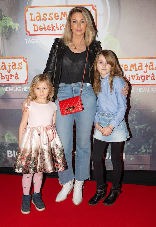 Carolina med döttrarna Adele och Alicia.