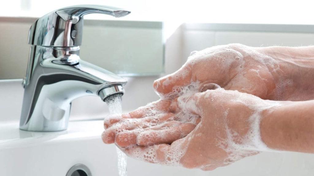 <p>Att tvätta händerna med tvål och vatten är ett effektivare skydd mot sjukdomar.</p>
