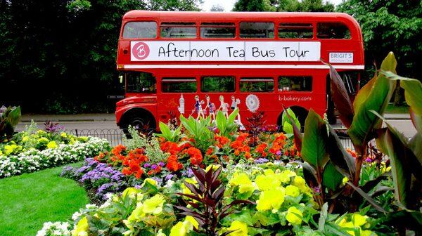 Två klassiker i ett – den röda dubbeldäckaren och afternoon tea – på en och samma gång.