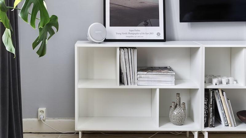 Den vita, låga hyllan heter Valje och kommer från Ikea. Tavla från Fotografiska, högtalare från Harman kardon. Vasen kommer från House doctor och skinnpuffen från Wallboe interior.