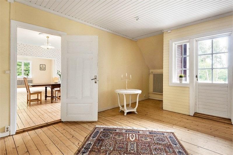 På övervåningen finns fyra stora sovrum, matsal och två vardagsrum.