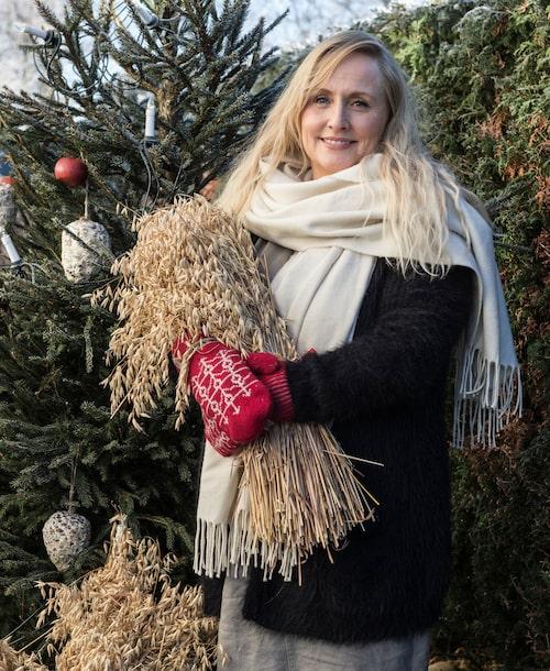 Victoria förser även fåglarna med julmat från kärvar och ätbart julpynt. Vantar från Öjbro vantfabrik, köpa på Liseberg julmarknad.