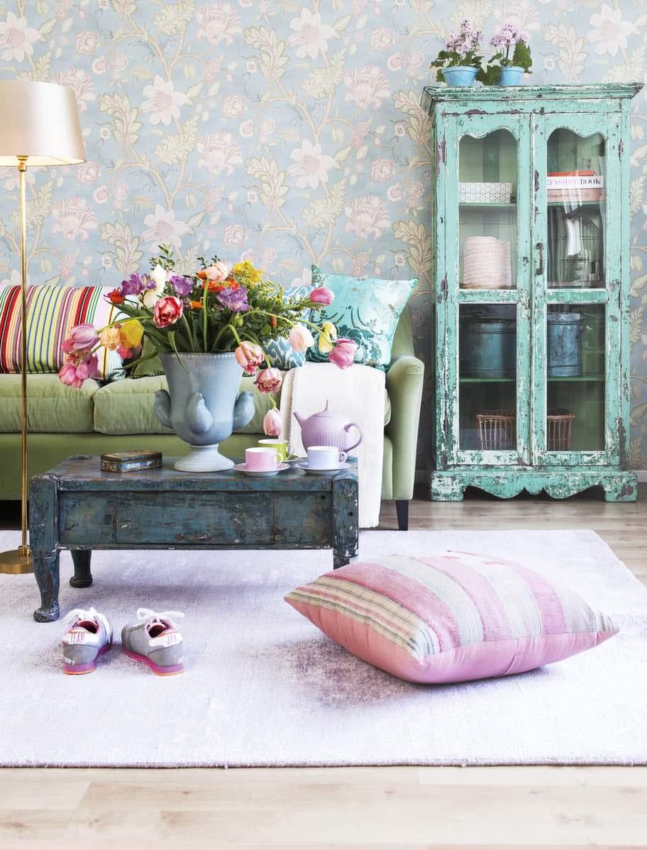 Romantiskt och färgstarkt med fina vintagemöbler.