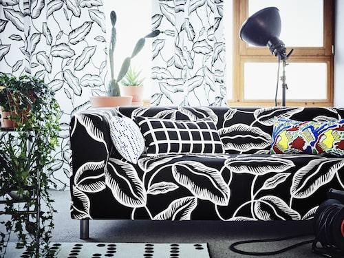 Avsiktlig kollektion. Mönstret Jamaica i uppdaterade färgställningar kommer finnas kvar i sortimentet längre än den övriga kollektionen. Klippan 2-sits soffa 1995 kr med avtagbar klädsel Avsiktlig vit/svart. Kuddar 39 kr/st.