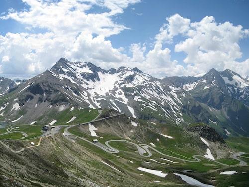 Grossglockneralpvägen går högt upp i de alpinska bergen.