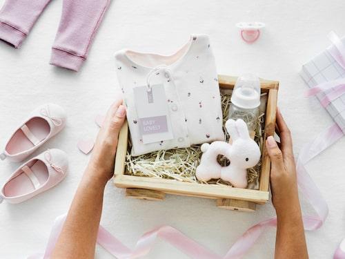 Något som brukar uppskattas är att sätta ihop en liten korg med presenter. Glöm inte att ge present till den blivande mamman också – inte bara till bebisen.