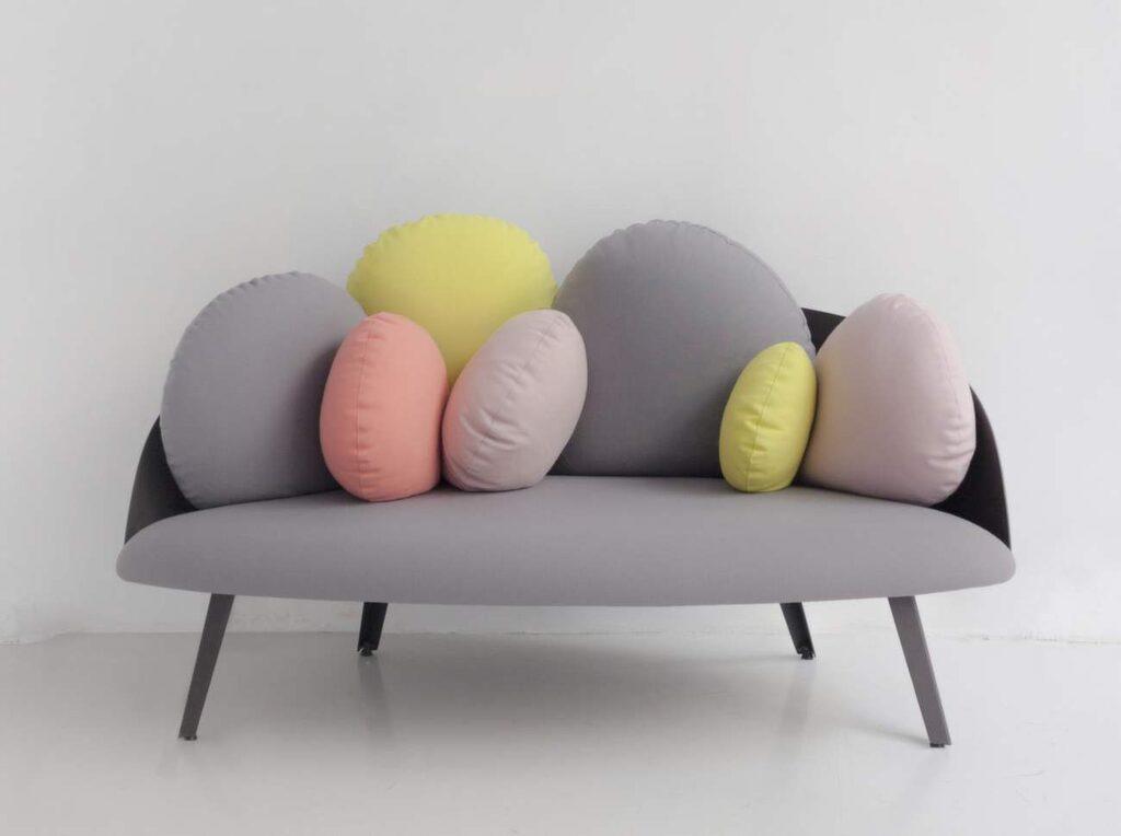 <p>Nubilo är en soffa med organiskt formade kuddar som kan arrangeras för maximal mysighet, 27 300 kronor, Royaldesign.se.</p>