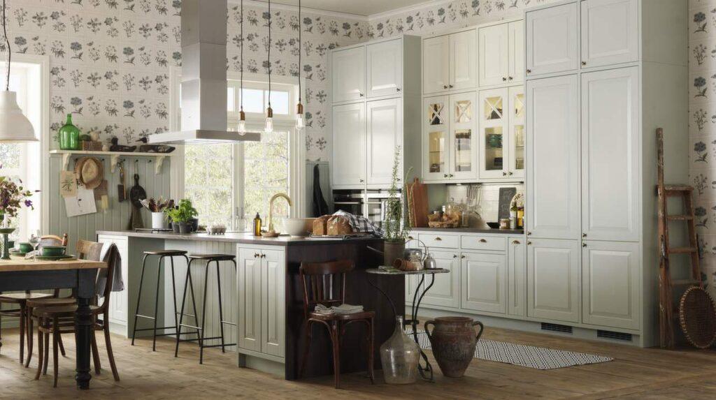<p>Lindö från Marbodal är ett lantligt och romantiskt kök. Luckan Lindö i MDF finns nu även i lindblomsgrönt. På bilden är vitrinskåpen krämfärgade. Blandaren kommer från Tapwell och den nya bänksivan är av värmebehandlad ask.</p>