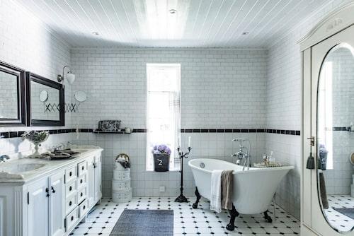 Badrummet badar i ljus. Kandelabern från PB Home tänds när badkaret fyllts på med väldoftande skum. Skåpet är köp av en vän och används för sköna badhanddukar och tvålar.