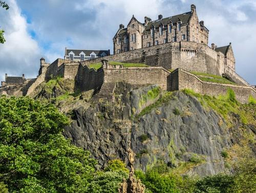 Edinburgh Castle tornar upp sig ovanför staden.